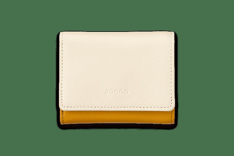 小さなバッグにもすっぽり収納できるサイズなので、ちょっとしたお出かけや結婚式、旅行のシーンでも活躍すること間違いなし。カードは6枚収納可能で、札入れのポケットにICカードを入れればパスケース代わりにも。必要最低限のものだけ持ち歩きたい方には、メイン財布としてもおすすめです。レディース三つ折り財布で、もっと身軽にお出かけしてみませんか。