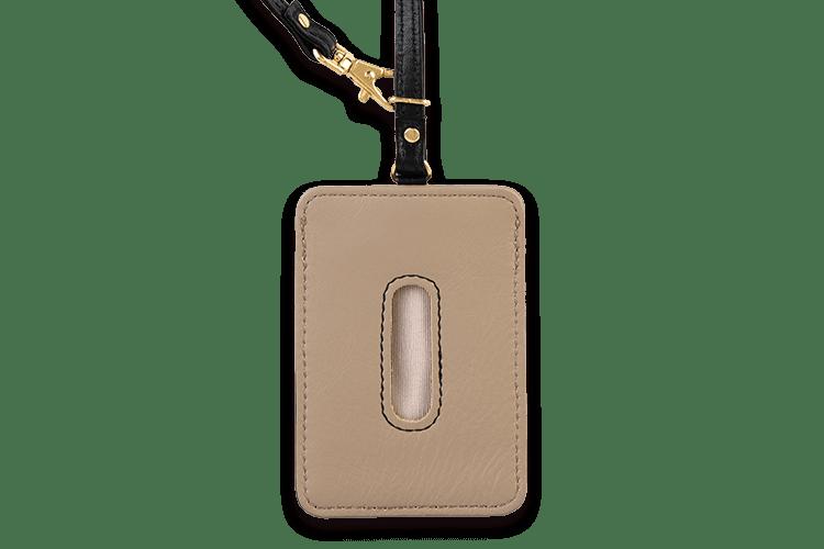 大きめの穴はカードを取り出しやすいデザイン。14色の牛本革とステッチから6箇所のカラーカスタマイズ可能。革職人が一つひとつ手作りの心のこもった繊細な商品です。