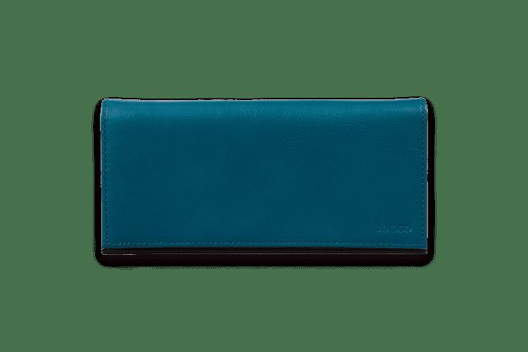 どんなスタイルでのお財布ペアにもぴったりの本商品。レディースバイカラー長財布と同じデザインのため、カラーリングを合わせたり、内側だけ色をリンクさせたりと、ペアデザインが楽しめるように設計いたしました。メンズはスーツやパンツのポケットからも取り出しやすいよう、よりスリムなフォルムにしました。毎日使っていただけるよう、カードは14ポケット、背ポケットにはスマホも入る深めのフリーポケットなど収納力にもこだわりを。シンプルなフォルムだからこそ、「さりげないバイカラーで魅せる自分だけのお財布」がお楽しみいただけます。