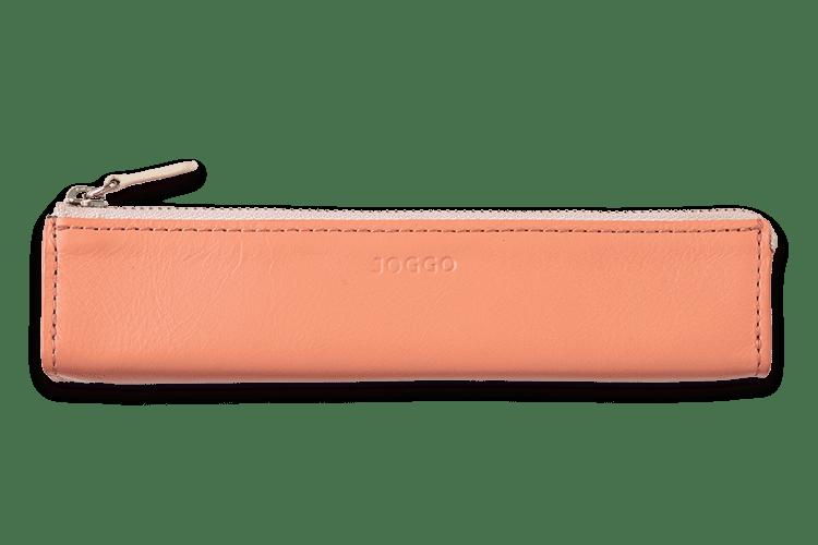 スリムなのに必要な筆記具がちょうど収まるサイズ。カバンにもスマートに入ります。裏地は高級布を使い、大切な万年筆やペンなども傷つきにくくなっています。名入れは内側に縫い付けられた革の上に刻印され、さりげなくオシャレなデザインに。革職人がお客様のために一つひとつ手作りする、オーダーメイドの本革三角ペンケースです。